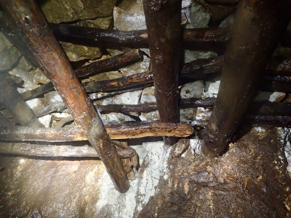 Stemples used to hold unstable sections of the roof.